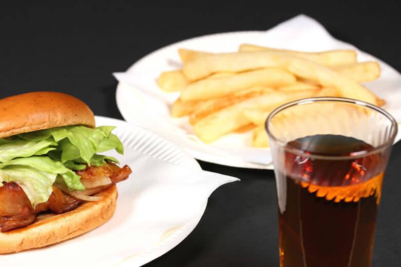 黒烏龍茶(黒ウーロン茶)は食事中に飲む事で脂肪の吸収を抑えられる